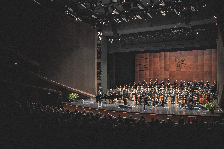 Daniele Gatti, l'Orchestra e il Coro del MMF (foto Michele Monasta)