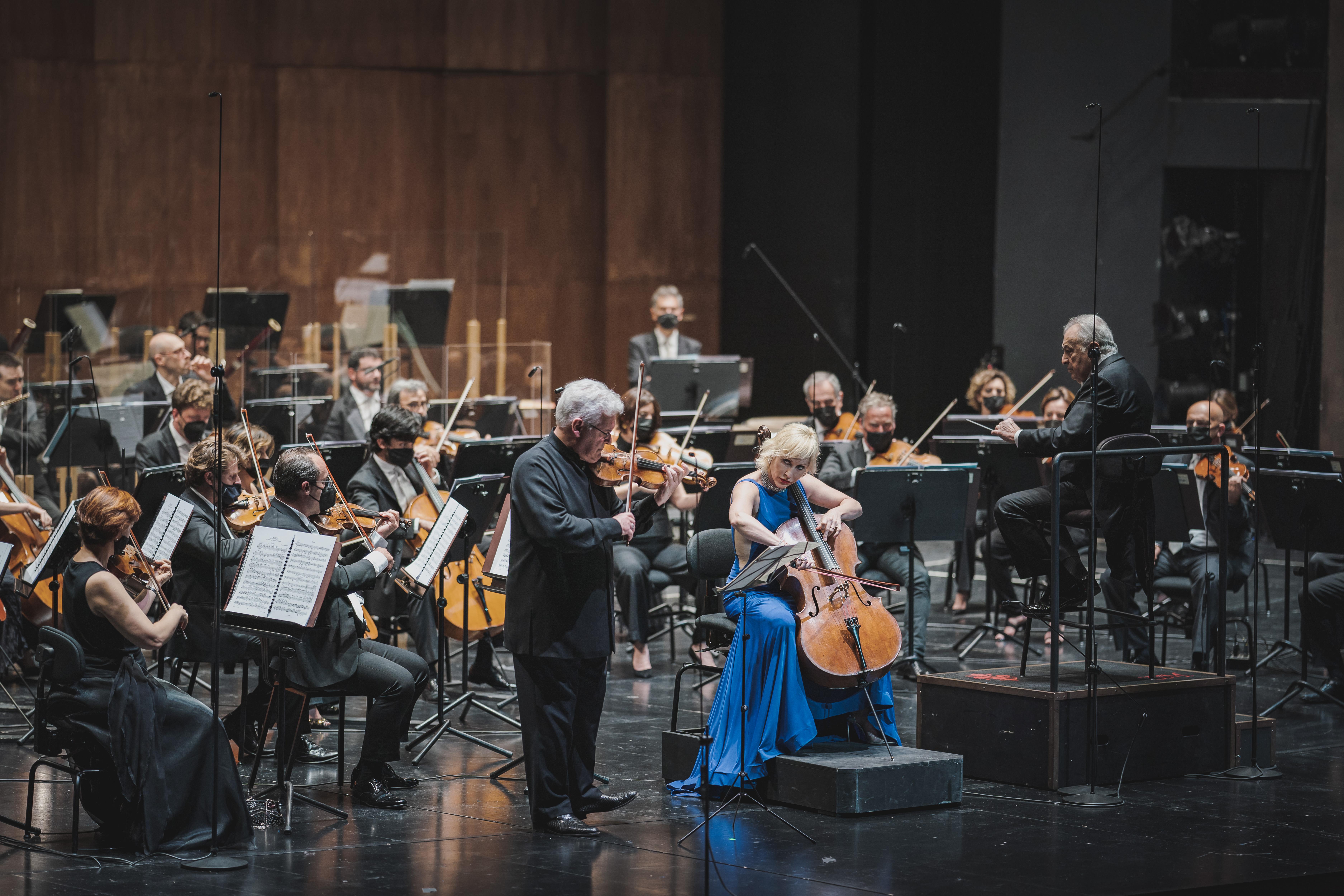 I solisti Pinchas Zukerman e Amanda Forsyth con il direttore Zubin Mehta e l'Orchestra del MMF (foto Michele Monasta)