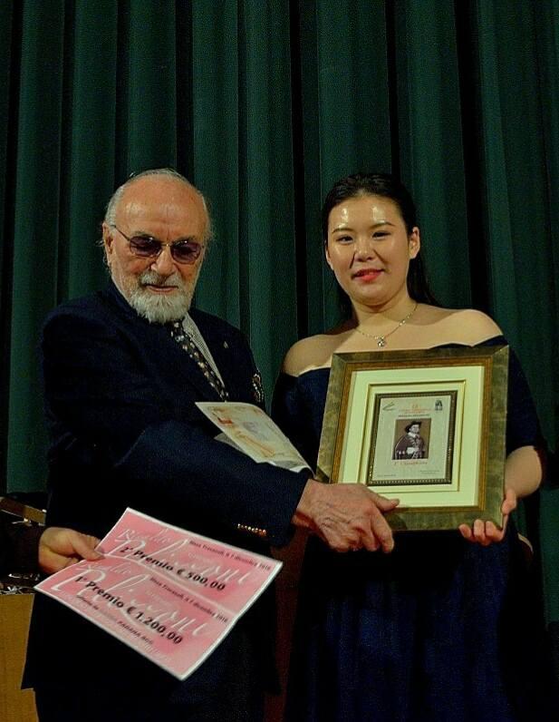 Renato Bruson premia Ling Qi - foto Angelo Bolsi